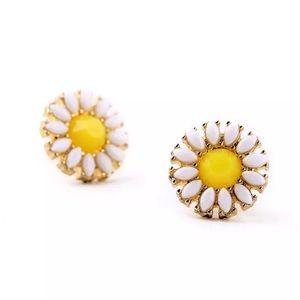Jewelry - NWT Daisy Flower Stud Fashion Earrings